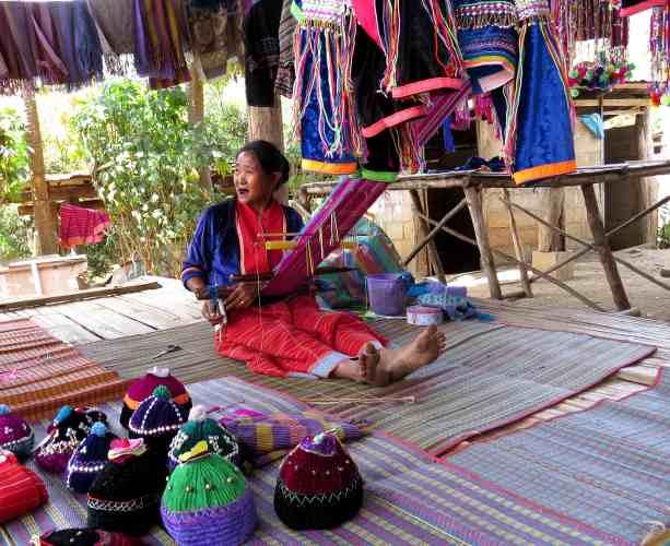 femme en train de tisser un vêtement en thailande