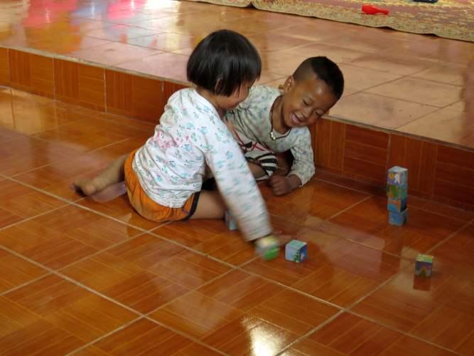 enfants thailandais joouant sur le sol d'une école