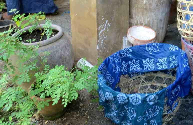 pot avec de la terre et du tissu bleu