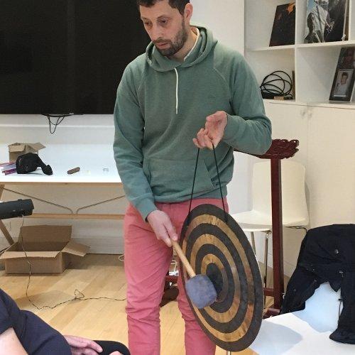 homme en train de taper sur un gong pour un stage souffle-voix