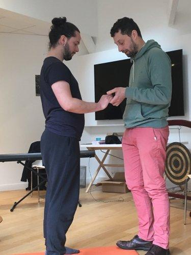 deux hommes deboiut lors d'une séance de travail sur la voix