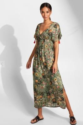 jeune femme portant une robe imprimée