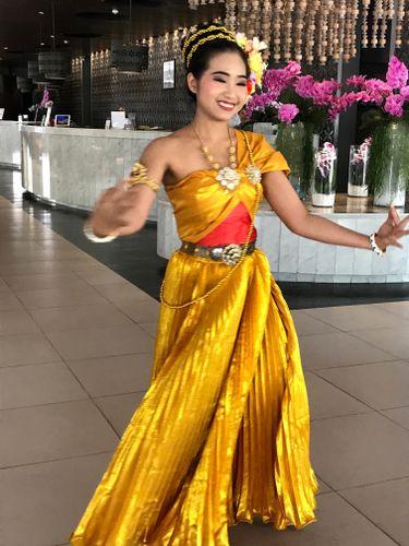 jeune femme en tenue traditionnelle thailandaise