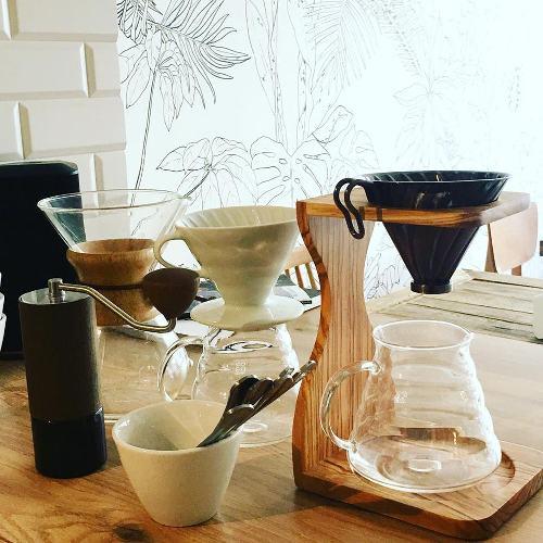 cafetière et tasses sur une table de restaurant à Nice