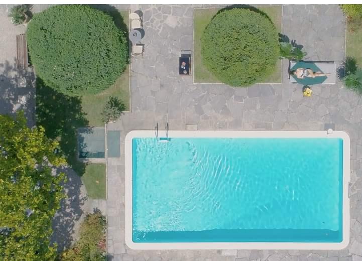 piscine ert femme en maillot de bain une pièce sur un transat