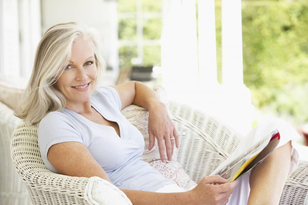 femme en train de lire un magazine