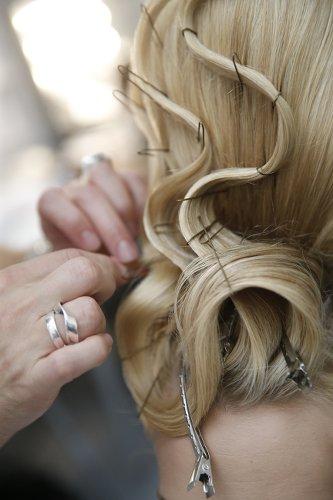 femme en train de mettre des pinces dans les cheveux