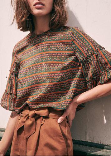 femme portant une blouse imprimée