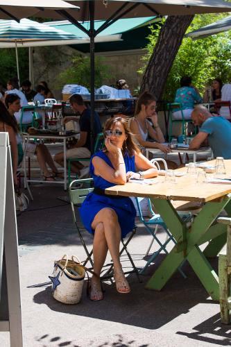 Femme à une terrasse de café à montpellier