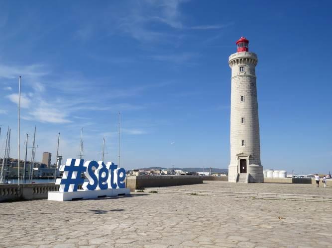 phare sur la jetée du port de sète