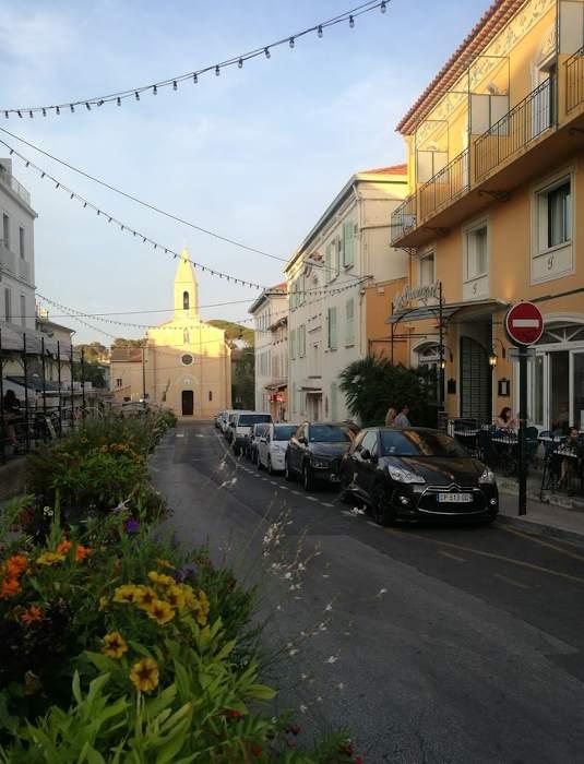 Façade de l'hôtel le provençal sur la presqu'île de Giens