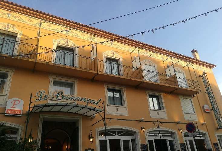 façade de l'hotel le provencal à Giens