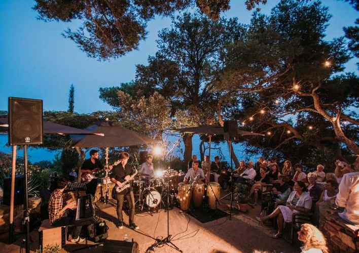 Musique dans la pinède au Provençal