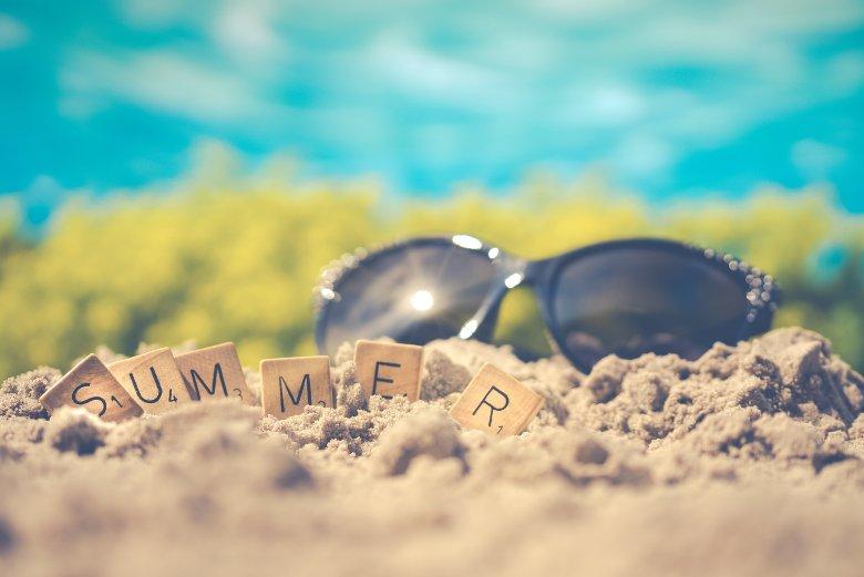 lunettes de soleil dans le sable