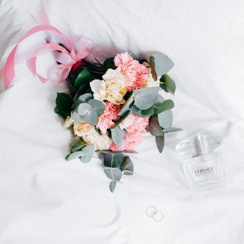 parfum et bouquet de fleurs