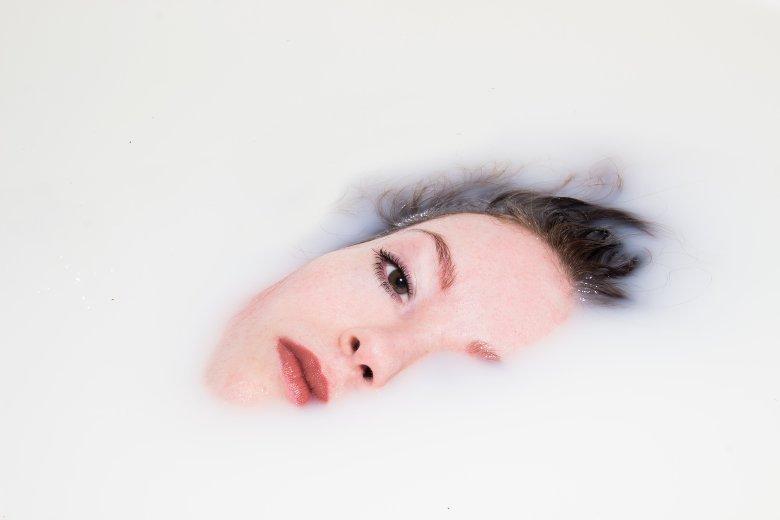 Femme ayant la peau sensible