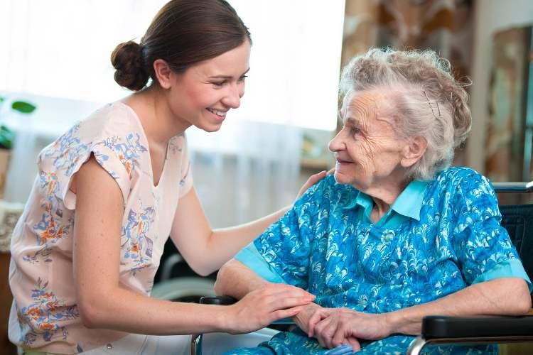 femme âgée et auxilaire de vie