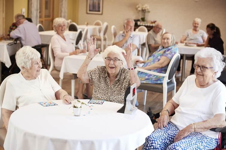 femmes senior dans maison de retraite