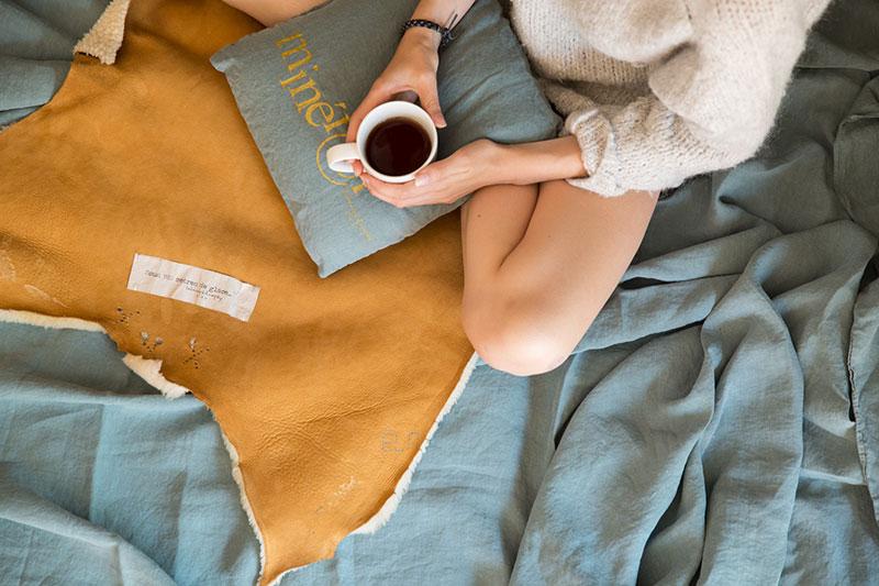 femme assise sur un lit