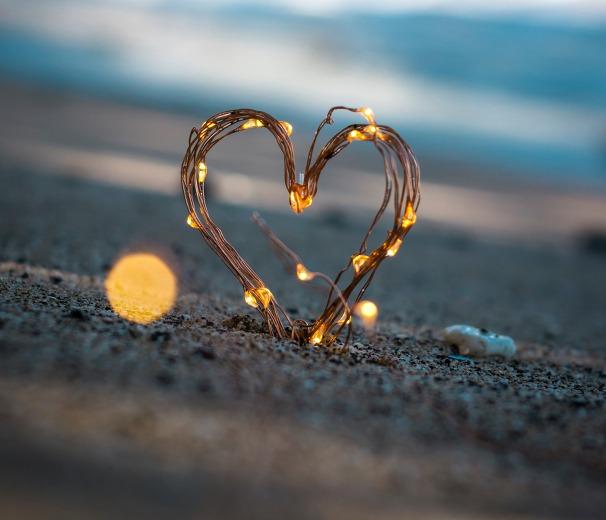 coeur allumé sur une plage