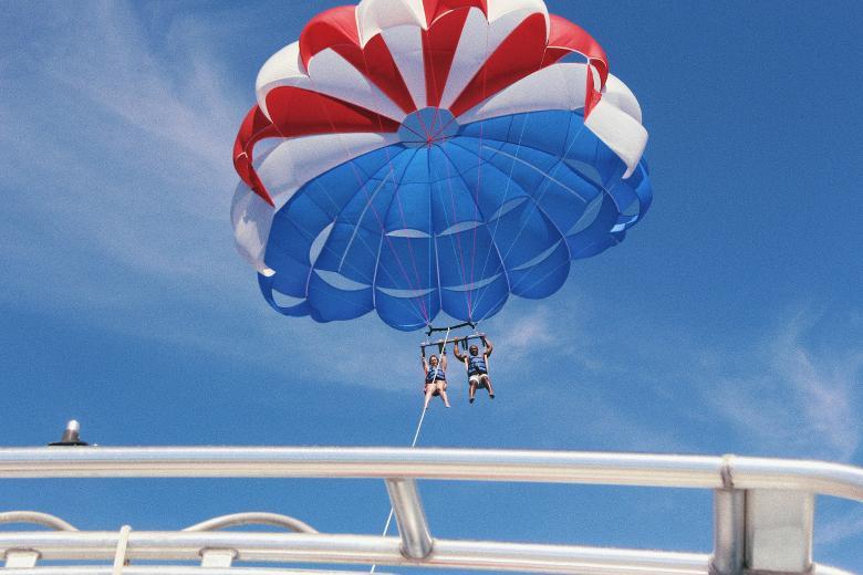 couple en parachute
